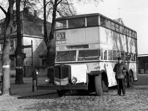um 1965 Ost-Berlin - Ein Doppeldecker-Bus der Berliner Verkehrsbetriebe an der Endhaltestelle im Dorf Marzahn am östlichen Stadtrand von Berlin. ☺