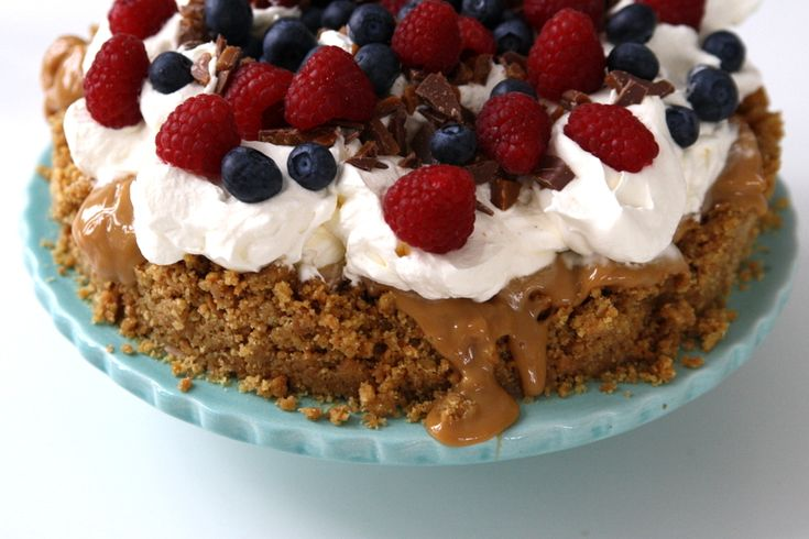 Ljuvlig tårta med kolakräm och färska bär - Jennys Matblogg