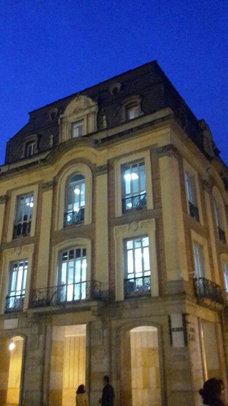Edificio de estilo renacentista, se ilumina por medio de patios, y a cada costado norte y sur se encuetran mansardas.
