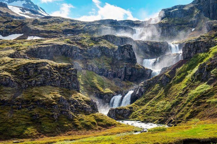 De prachtige Klifbrekkufossar watervallen liggen in het lange, smalle Mjóifjörður fjord in het oosten van IJsland. In 9 trappen valt het water uit de rivier de Fjarðará hier 100 meter naar beneden.