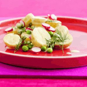 Kartoffelsalat med karrydressing, dild, radiser og nye ærter opskrift