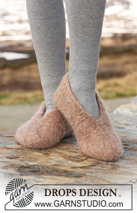 "Free pattern: Felted DROPS slipper in ""Eskimo"". Size from child 9 to woman 12 (EU 26 to 44). ~ #DROPSDesign #Garnstudio #FeltingFever"