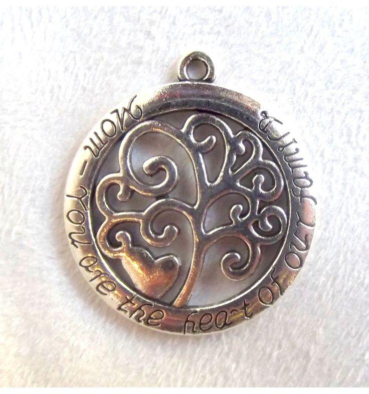 """Ce pendentif représente un arbre dans un rond, avec l'inscription en anglais """"Maman tu es le cœur de la famille"""". Hauteur 4 cm - arasia-shop.com"""