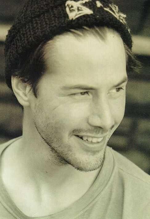Keanu Reeves...love that smile  Não é possível vê-lo apenas por uma ótica. Keanu Reeves é uma exceção em um reino de vaidades e badalações, tentando levar uma vida normal, como qualquer um. Esse cara é um animal raro em Hollywood. Merece respeito.