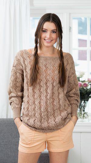 Smuk sweater med tilsatte ærmer og bred bådhals. Det lodrette hulmønster i siksak giver en flot figur.