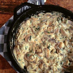 Het is zo makkelijk om zelf een smakelijke roomsaus te maken. Daar heb je geen pakje of zakje voor nodig. Probeer deze champignon variant eens.