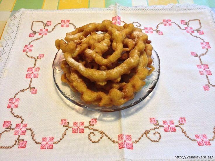 Sencilla receta de los buñuelos extremeños, un dulce muy típico, hechos en forma de rueda. Esta receta de buñuelos caseros es la forma tradicional de prepararlos