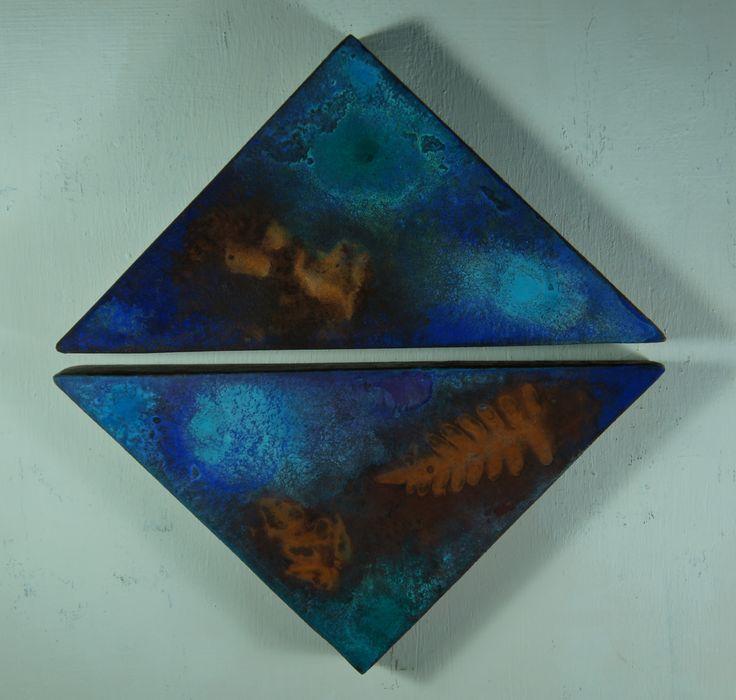 """""""Spettro # 1 """"( Spettri da Terezin ) """"...ora siamo bagliori tra le foglie..."""" Dittico di rettangoli. Pseudofossili e pittura subacquea su ferro ossidato, lato triangoli cm 14,7 x 14,7. 2014."""