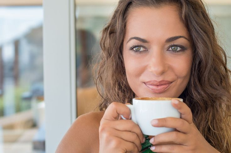 Mujer tomando café chocolate