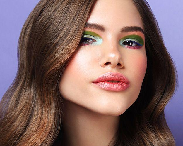 Еще одна авангардная тенденция лета — макияж для глаз с цветовыми полями контрастных тонов. К нему можно добавить цветную тушь. Хитрость в том, чтобы растушевать места, где тени заходят друг на друга. На границах должно получиться мягкое сияние: матовые тени переходят в сатиновые.     Эти переходы смотрятся особенно круто, когда основной тон кожи будто светится изнутри. Добиться этого просто: смешайте тональную мусс-основу с иллюминатором.    Если вы боитесь ярких тонов, повторите графичный…