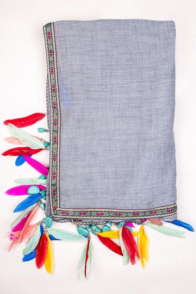 Pashmina etnica dal mood Navajo con decorazione di pietre turchesi e piume colorate. In tutto il bordo è applicata una passamaneria colorata con inserti argentati. Tutta la superficie è realizza in cotone. Da abbinare ad un look boho chic da squaw contemporanea.  #dani #accessori #donna #moda #pashmina