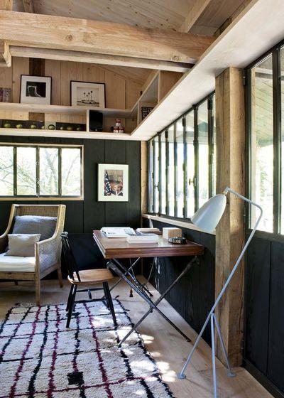 Au fond du jardin, Sarah a conçu une jolie cabane pour Marc, son mari. C'est ici qu'il s'isole, lit, travaille... Rien n'y manque : coin bureau, repos, salle de bains, tout a été pensé et aménagé avec simplicité et chaleur.