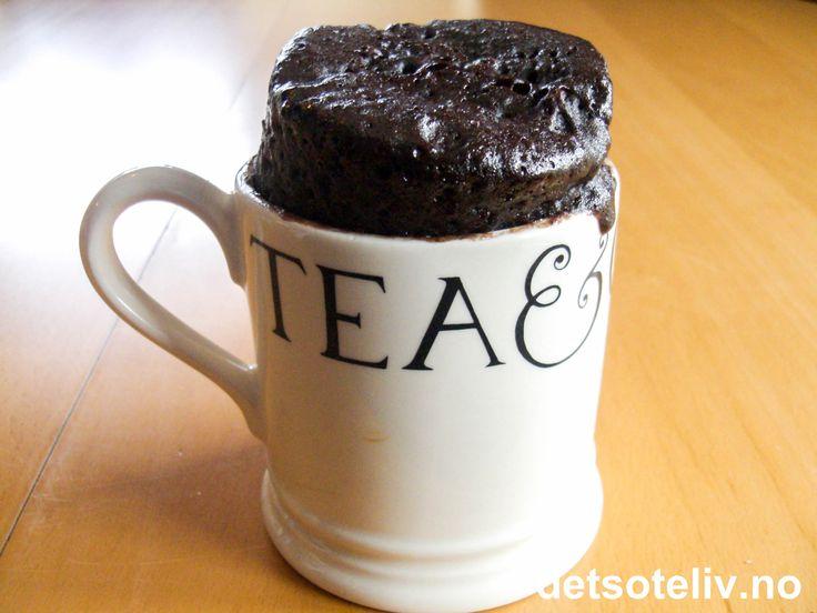 """""""Et lite, men utsøkt selskap, sa mannen, han drakk alene."""" (Norsk ordtak) Eller som Coco Chanel sa det: """"Den som ikke nyter sitt eget selskap, har vanligvis ingen grunn til det."""" He-he:-) Her er i alle fall en HIMMELSK sjokoladekake for deg som vet å virkelig ELSKE dine private stunder. """"5-Minute Chocolate Cake"""" har flytende kjerne og lages på et øyeblikk! Oppskriften passer til 1 stor kopp."""
