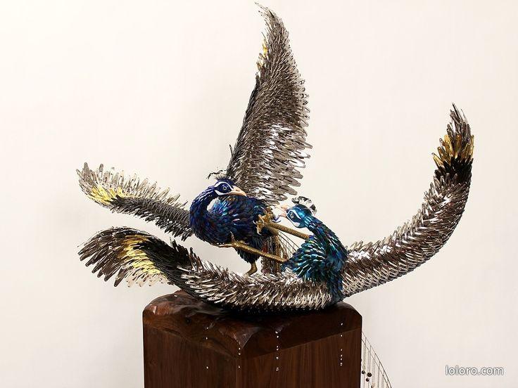 Reutilizando: Esculturas hechas de uñas postizas y vinchas