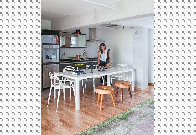 Com a demolição de paredes, Daniela Berland aumentou a área da cozinha para incluir uma mesa de jantar maior. Agora, ela consegue receber muito mais convidados