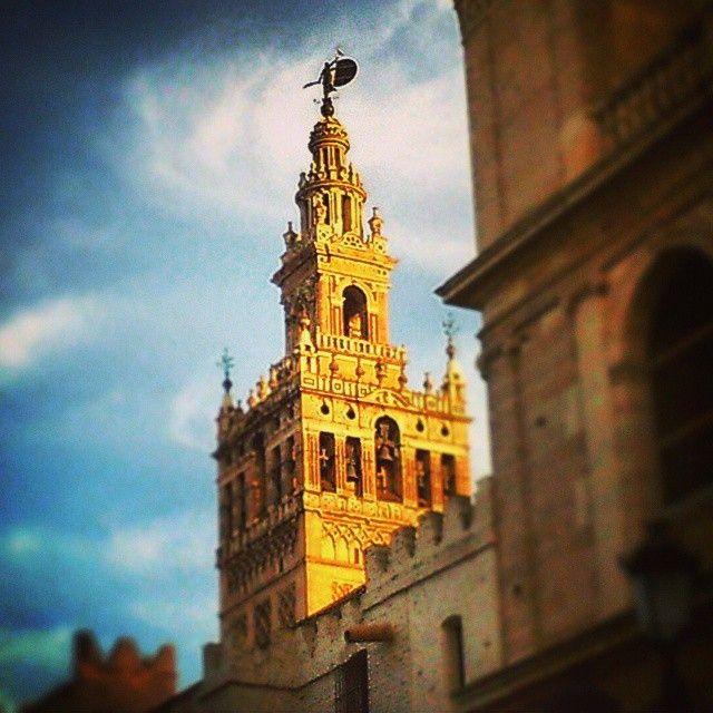 #Sevilla es, toda ella, un milagro de luz y color - Alfonso Grosso, poeta y escritor sevillano.