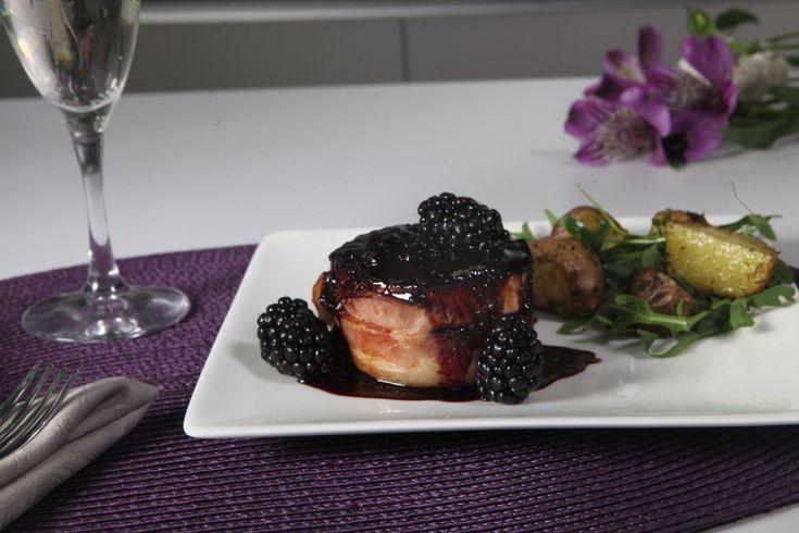 Prepara este delicioso filete mignon de salmón envuelto en tocino. Lleva una riquísima salsa de zarzamora con vinagre balsámico y especias. Es muy sencilla de hacer y tiene un gran sabor. Lúcete con este elegante platillo que es ideal para una cena o una ocasión especial.