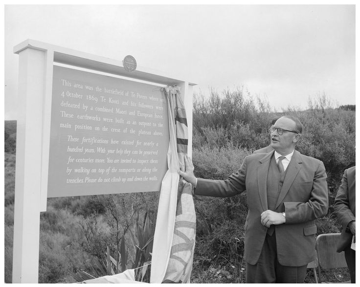 The Governor-General, Lord Cobham, unveiling a commemorative plaque at Te Pōrere, where the last pitched battle of the New Zealand Wars took place in 1869. The battle was fought between government forces and those of Te Kooti Arikirangi Te Turuki. The unveiling took place on 18 February 1961, when the Governor-General declared the site a National Historic Place.  Photographer: R Fox  Archives Reference: AAQT 6401 Box 37/ A64649 archway.archives.govt.nz/ViewFullItem.do?code=2143...