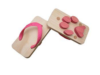 Sandali in legno, tipici giapponesi, con la forma delle zampe di vari animali per lasciare le impronte sulla sabbia.