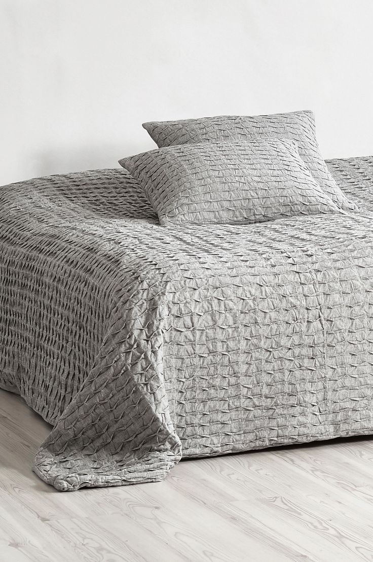 Nyt et rustikt og elegant sengeteppe i forseggjort bomullsstoff. Materiale: Stoff 100% bomull, stopp 100% polyester. Størrelse: 260x260 cm. Beskrivelse: Vattert sengeteppe for dobbeltseng. Vendbart med foldet overside og glatt bakside. Vedlikeholdsråd: Håndvask. Tips & Råd: Skap ro rundt sengen og match det grå sengeteppet med tekstiler i varme farger.