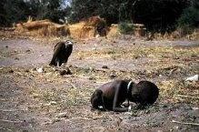 Niña sudafricana a punto de ser devorada por buitres. Al fotógrafo Kevin Carter le concedieron el premio Pulitzer por esta imagen tomada en Sudán 1993. Opinion: Por tomar esta foto, por querer el fotógrafo tener la mejor imagen de lo que estaba pasando la niña murió. Posiblemente la niña hubiera muerto igual pero quien sabe si por ayudarla se hubiera podido salvar.