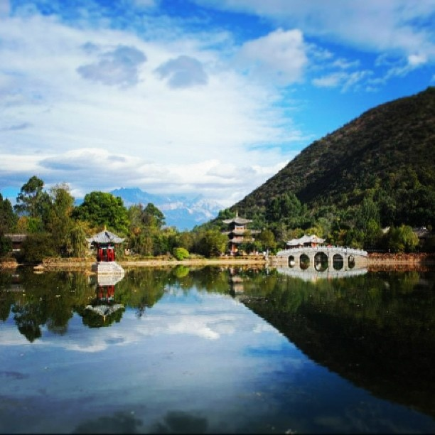 Beautiful nature in Lijiang, China. #lijiang #yunnan #china #travel #latergram #park #clouds #bluesky #water #mountain #yulongshan #himalaya #