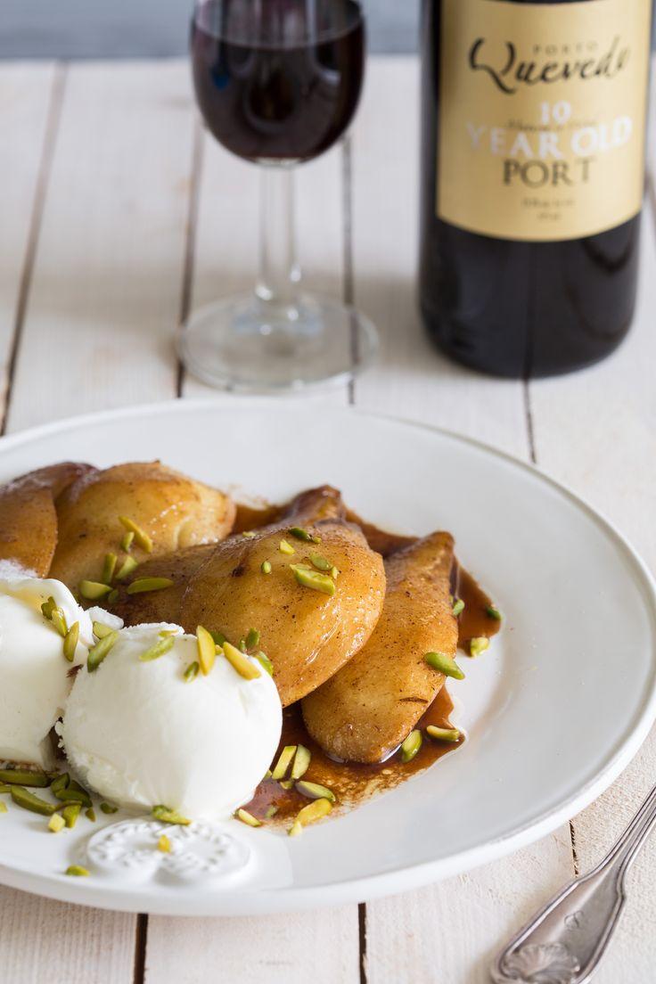 Weinig mensen weten hoe lekker peertjes worden als je even aanbakt in boter met een scheutje port erbij. Dit recept voor peren met portsaus staat zo op tafel en is lékker! Schil de peren, verwijder het klokhuis en deel ze in vieren. Smelt de boter in de koekenpan en laat het geheel een tikkeltje bruin worden. Haal …
