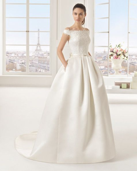 Kleid aus Strass besetztem Duchess-Satin und Spitze, elfenbeinfarben. Strass besetztes Kleid aus Mikado-Seide und Spitze, naturfarben.