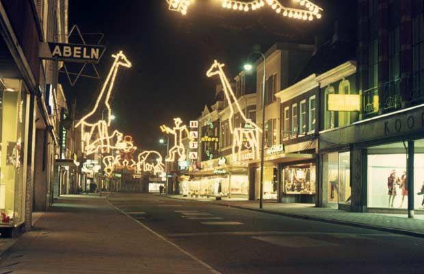 Almelo, Grotestraat Noord in vroegere tijden, toen er nog braderieën werden gehouden en je heen en weer kon rijden, zowel met de fiets als de auto.