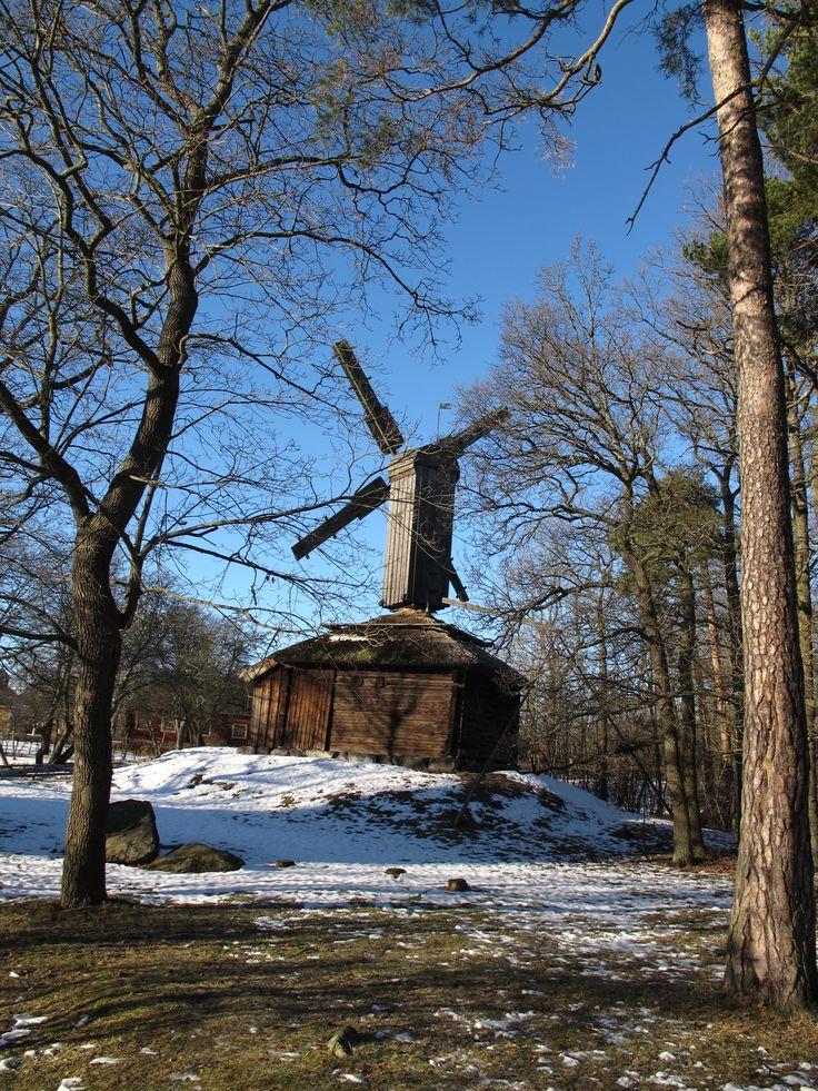 # Skansen : un musée en plein air.  Des maisons de chaque région de Suède ont été déplacées et reconstituées.