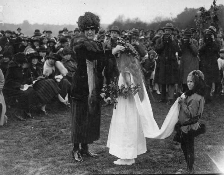 1 may 1921: The crowning of the May Queen, during May Day revels in London's Regents park(Hulton Archive/Getty)