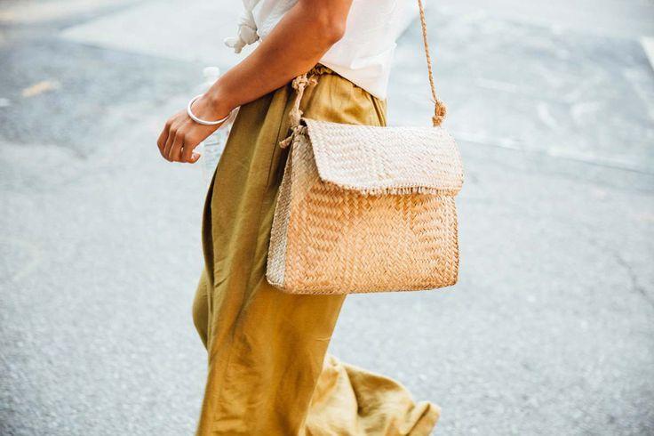El bolso de paja, el mejor item para un look de entretiempo.
