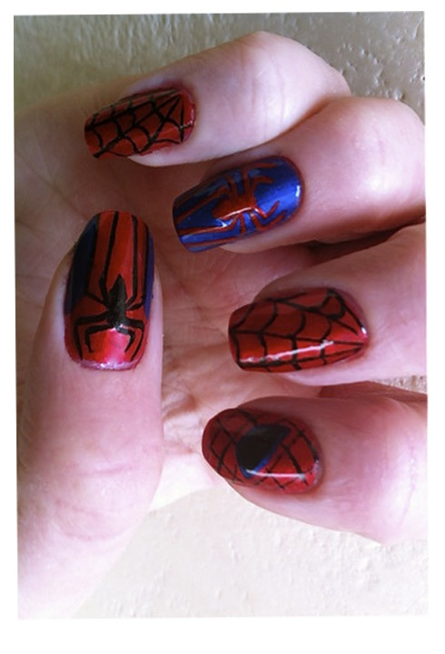 Fun Spiderman nails in honor of Spiderman 4 the movie. How to Spiderman nails inspiration