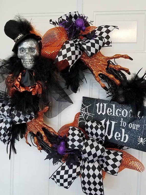 Couronne d'Halloween, squelette Couronne, couronne de tête de mort, noir et Orange Couronne, couronne de plume, couronne de bienvenue Cette conception est sur une base de noir de vigne. Le crâne de fantaisie est orné de tulle, plumes et une orange & noire à volants. Le chapeau feutre est aussi garni de plumes. Les mains brillaient oranges sont surmontées de plumes et noeud noir et blanc. Pailleté araignées sont placées autour de la conception. Une Bienvenue pailletée sur notre enseigne W...