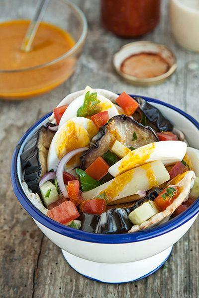 """pita ripiena di melanzane fritte, patate lesse, uova sode, insalata israeliana, tahina, salsa piccante e diversi altri condimenti """"esotici"""""""