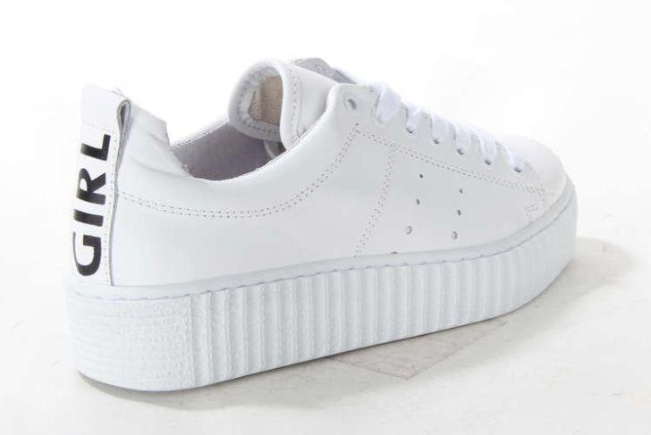 Hippe creeper van Tango! De damessneaker op een plateauzool is geheel vervaardigd uit leer. De platformsneaker heeft een tekst op de hiel. #whitesneaker #girl #sneaker #shoes #shoesinspiration #platform #tangoshoes #creeper