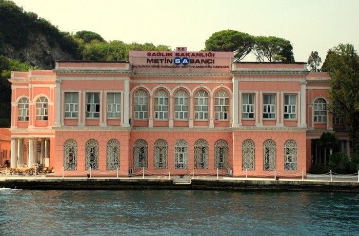 BALTALIMANI MEDIHA SULTAN YALISI Mediha Sultan ve Damat Ferit Paşa Yalısı; İstanbul Boğazı'nın Rumeli yakasında Sarıyer Baltalimanı Rumelihisarı Caddesinde 1840 tarihlerinde Sadrazam Mustafa Reşit Paşa tarafından yaptırılmıştır. Sadrazam Mustafa Reşit Paşa'nın oğlu Galip Bey Sultan I.Abdülmecit'in kızı Fatma Sultan ile evleneceği zaman bu yalı yaptırıldı. Daha sonra Fatma Sultan vefat edince yalı kız kardeşi Mediha Sultan'a kaldı. O da Damat Ferit Paşa ile evlenince bu yalıda uzun süre ot