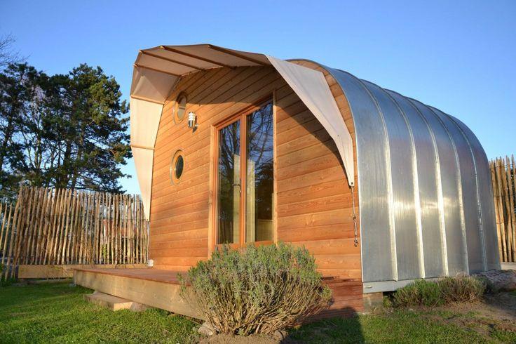 Mobile Ec'Home est un habitat nomade, conçu en ossature bois et isolé en laine de mouton. La structure en acier de son plancher lui confère sa solidité et sa rigidité et lui permet d'être déplaçable à volonté sur simple remorque plateau.