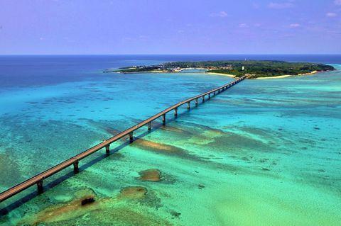 沖縄県宮古島の代名詞といえば美しい青い海!宮古島にはその絶景の海を突っ切って走れる大きな橋が3本あります。その中でも一番の絶景といわれるのが、宮古島の北西にある小さな島・池間島と宮古島を結ぶ「池間大橋」です。抜群の透明度を誇るエメラルドグリーンの海を渡る「池間大橋」はザ・宮古島というべき絶景ブリッジです!