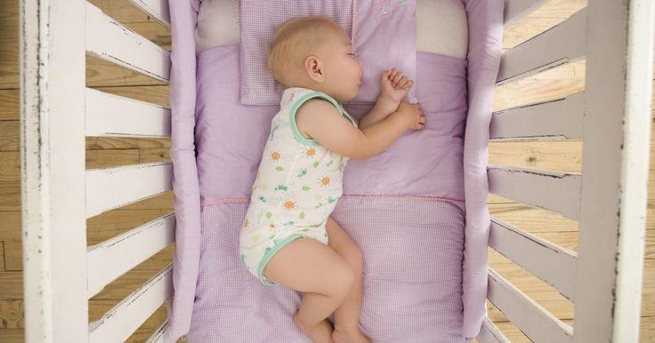 Cómo hacer un colchón para una cuna de bebé. La mayoría de las cunas de bebé vienen con colchones muy finos y duros. Sin embargo, puedes incrementar la comodidad de tu bebé creando tu propio colchón para cuna. Asumiendo que ya tienes la máquina de coser, agujas, alfileres y tijeras, el proyecto costará entre US$20 y US$30. La tienda de telas de tu vecindario tiene los suministros necesarios ...