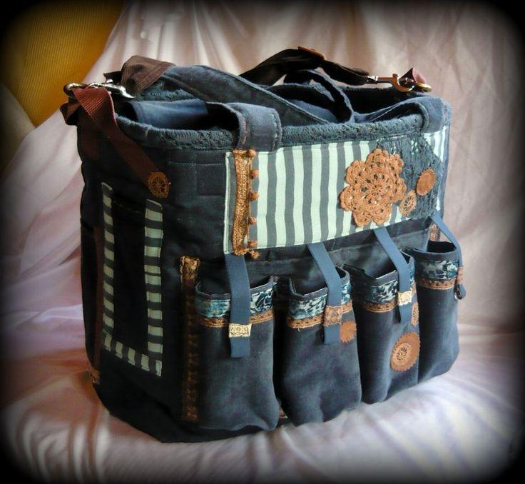 Scrapbook táska -Handmade by Judy Majoros: Egyedi kérés alapján készült ez a scrapbook táska. Ha Te is a scrapbook szenvedélyének hódolsz, és nem tudod miben szállítani a hozzá használt kellékeidet-alapanyagokat, akkor egy ilyen táskára szükséged lehet smile hangulatjel  Mivel minden táskámból csak egy darab készül, ezért ehhez csak hasonlót tudok készíteni, ugyanilyet nem. A táska méretét, kialakítását, és zsebeit egyedi elképzelés alapján alakítom.