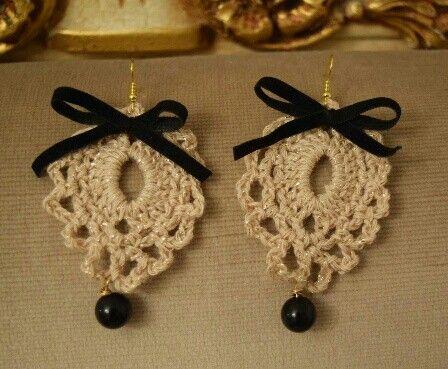 orecchini di lana con perle e fiocchi