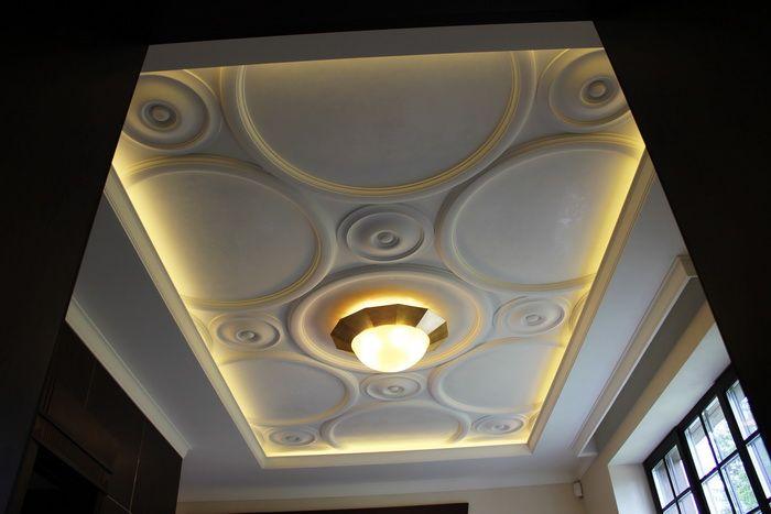 Декор потолка лепниной