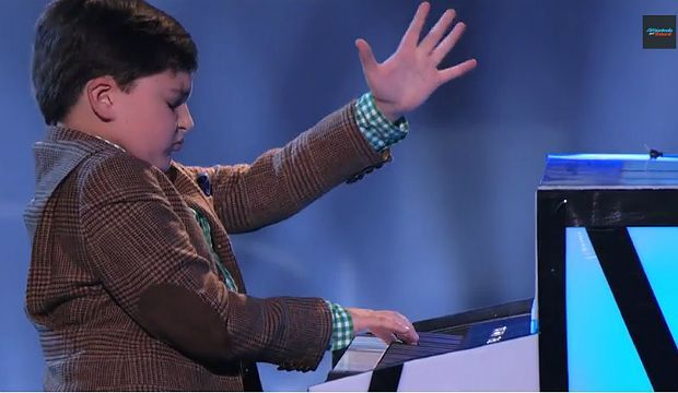 Adrian Romoff Lihai Bermain Piano