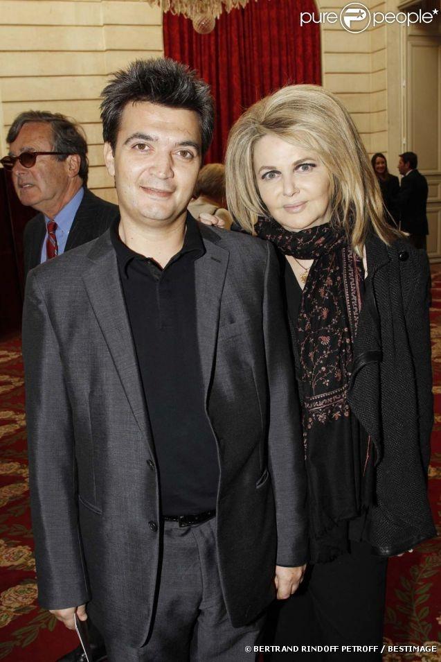 Thomas Langmann et Nathalie Rheims à la cérémonie organisée à l'Élysée où le président a décoré onze  personnalités du monde des arts et du spectacle, le 14 mars 2012.