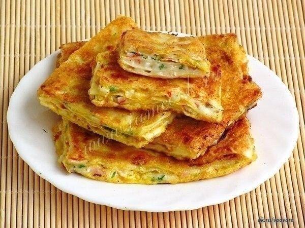 Восточные гренки.  Ингредиенты:  Армянский лаваш – 1 шт; Мягкий плавленый сыр «Сливочный» – 200 грамм; Чеснок – 3 дольки; Крабовые палочки – 100 грамм; Зелень укропа – 0, 5 пучка; Масло подсолнечное дезодорированное – 3 ст. ложки; Яйца куриные – 2 шт; Мука пшеничная – 1 ч. ложка.  Если у вас намечаются дружеские посиделки, то попробуйте удивить гостей этими необычными гренками. Они хорошо подойдут под пиво и другие напитки, их охотно едят дети. Сколько бы вы их ни сделали, тарелка очень…