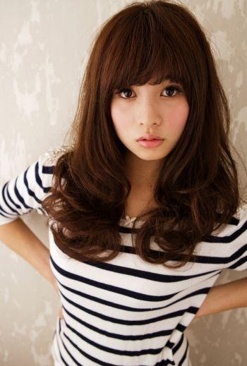 胸上の長さのヘアをコテで巻いたスタイル。▼もっと見る▼ http://ip.b-colle.jp/app_link/