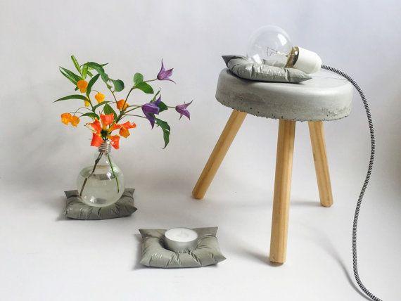 Lampada concreto: lightbulb sul cuscino di cemento. di LAVLYdesign