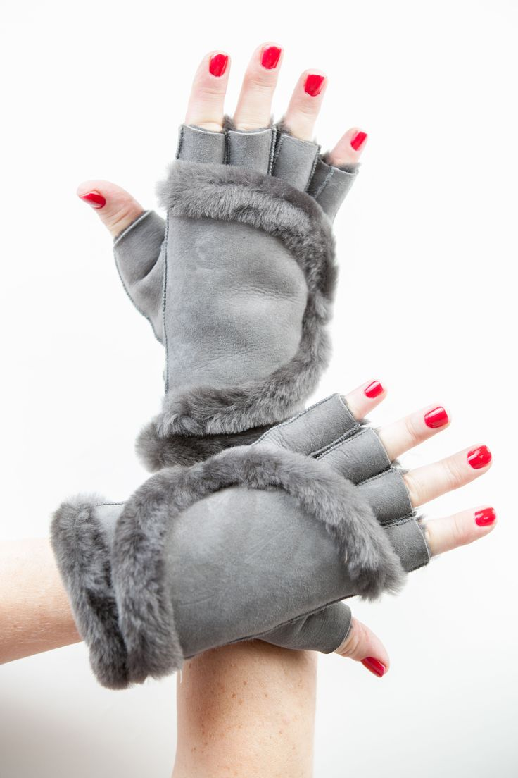 Mitaines en Fourrure et Velours d'Agneau Gris http://www.fourrure-privee.com/fr/vente-accessoires-fourrure/gants-echarpes-sacs/mitaines-cuir-et-peau-de-mouton-retourne-897