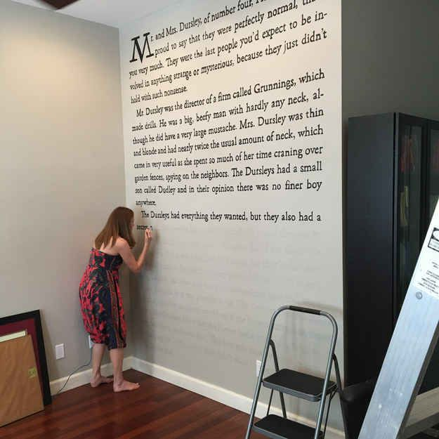This Woman Painted The First Page Of Harry Potter On Her Wall Wand Wandbilder Babyzimmer Wandgestaltung